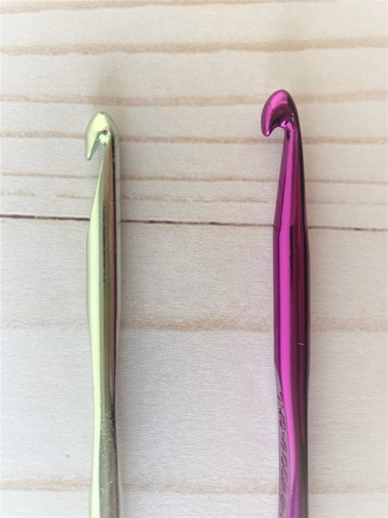 Inline vs tapered crochet hooks.  Inline on the left and tapered on the right.